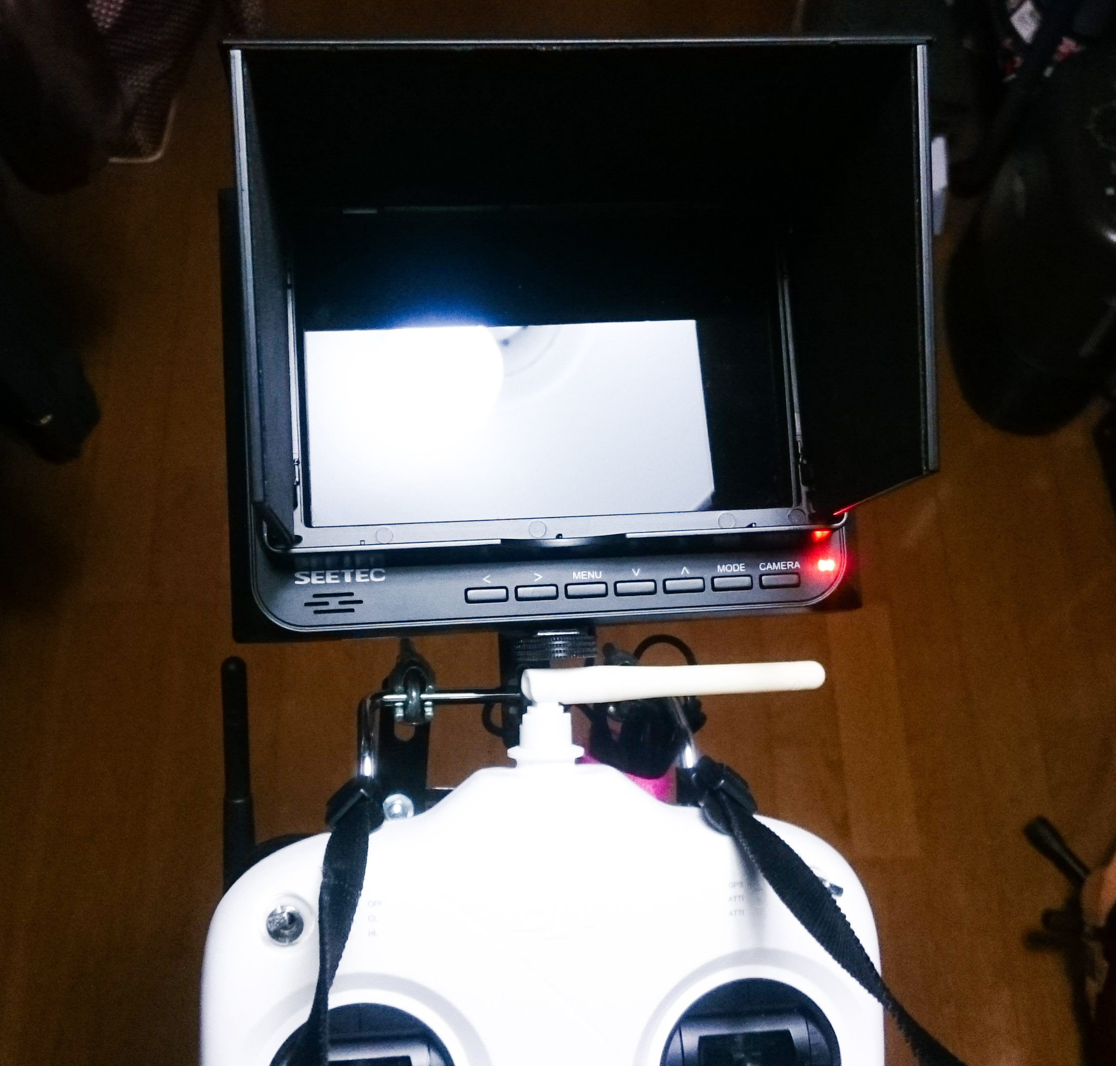 Phantom2のプロポに取り付けたFPVモニター。一瞬でもモニターを見るので「目視外飛行」になるらしい。