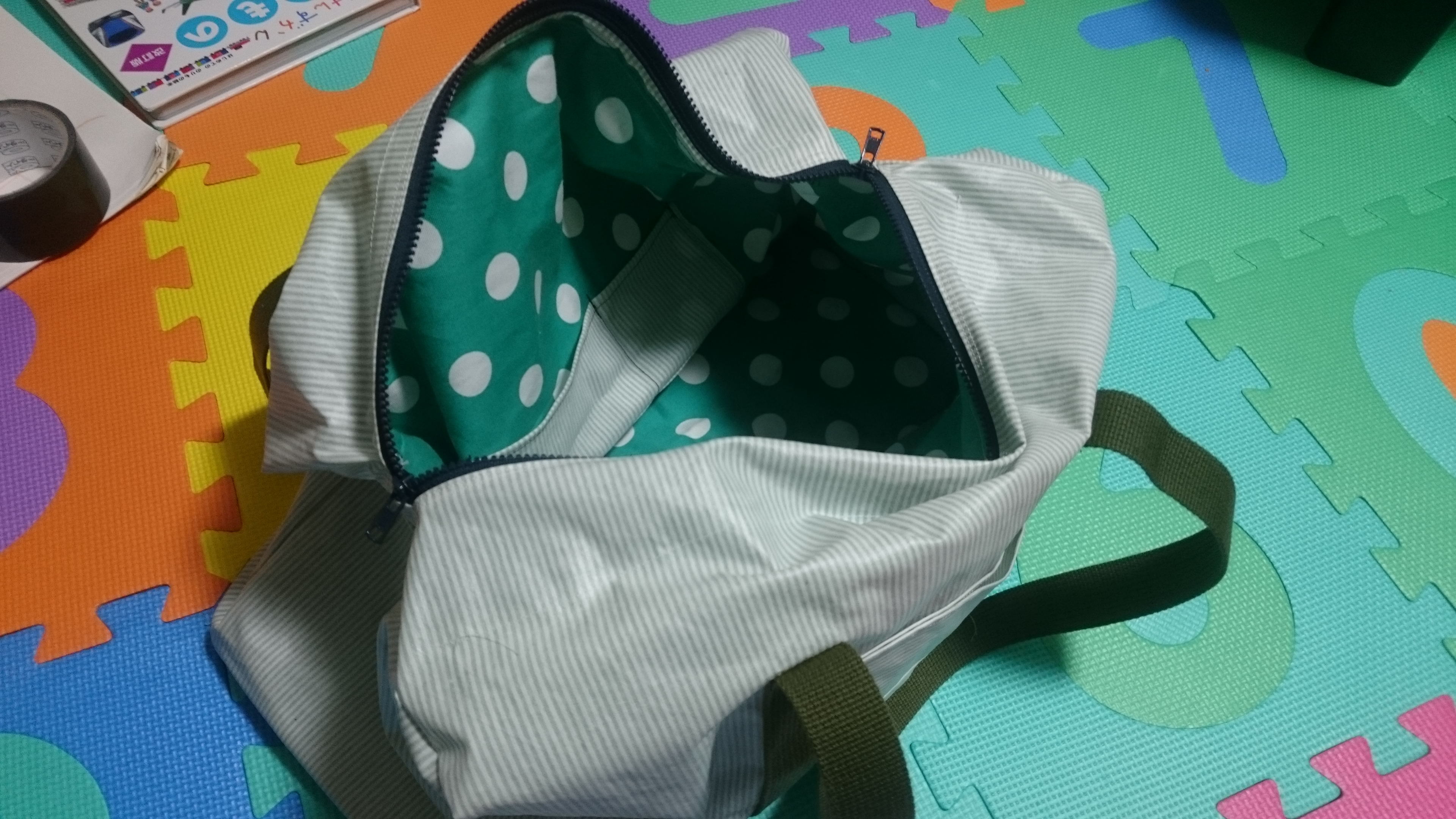 カバンの形にして、ファスナー面を内外合わせて縫い付ける